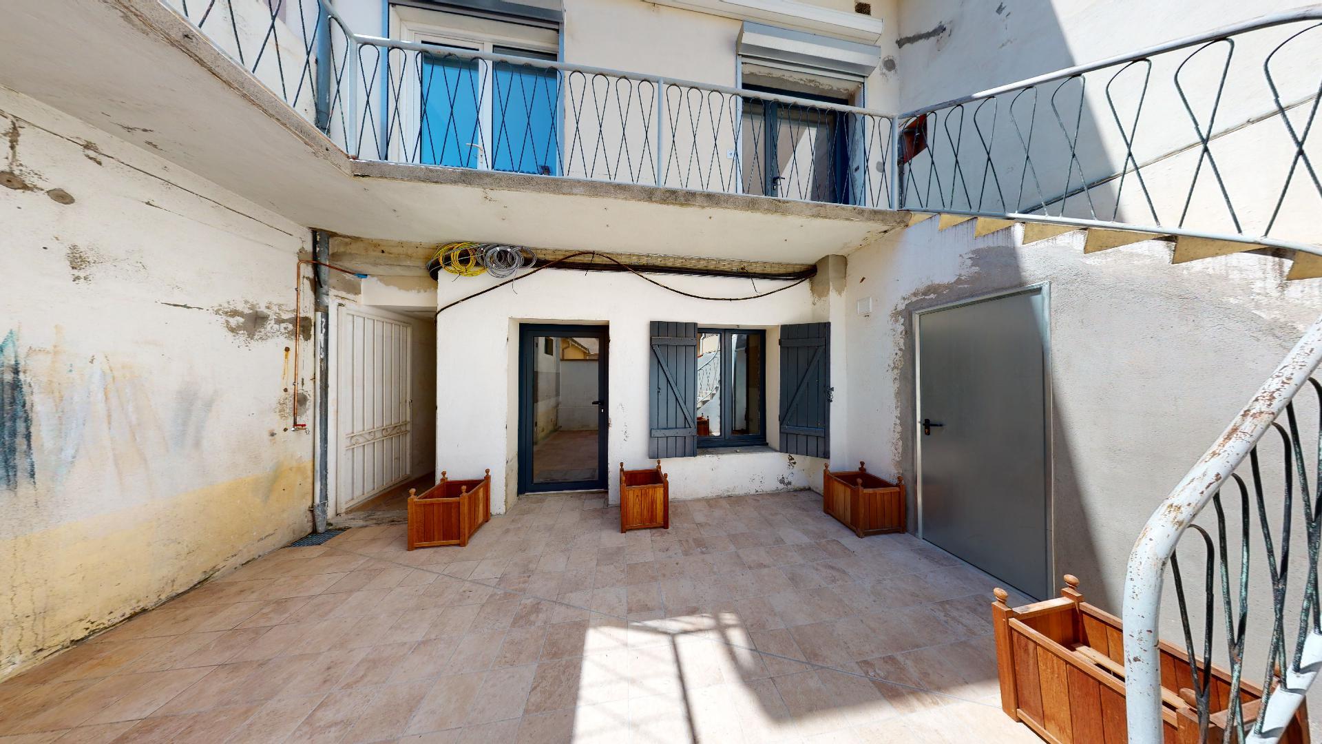 Contemporain-Charme-de-lancien-T1-ESPRIT-PATIO-UrbanHouse360