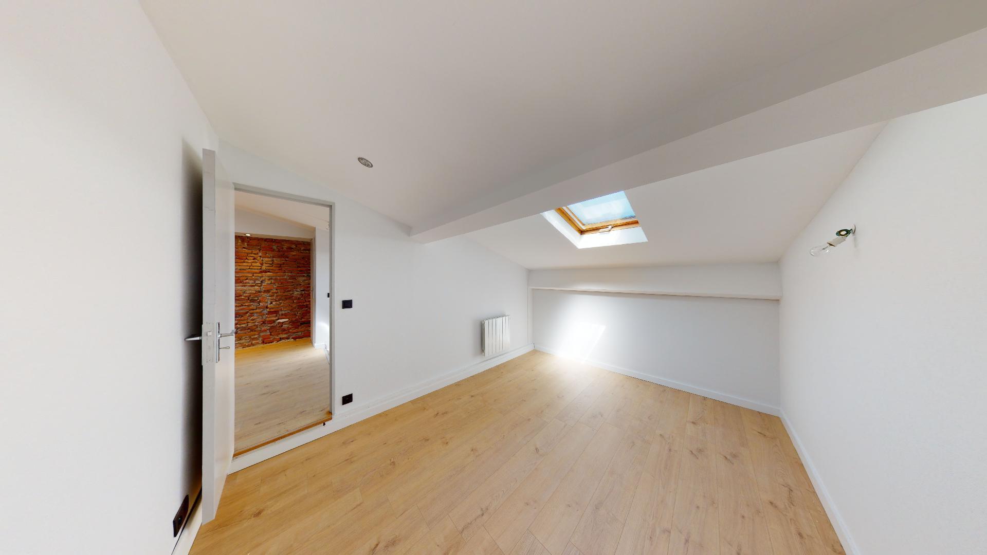 Contemporain-et-Charme-de-lancien-T2-ART-GEOMETRIE-Urbanhouse360